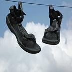 Sandalen aan de waslijn